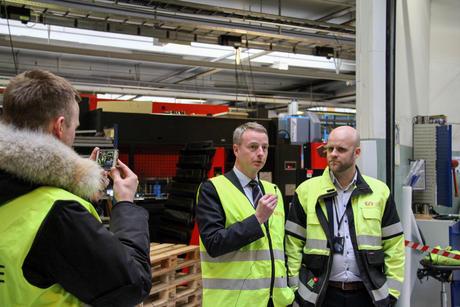 Olje- og energiminister Terje Søviknes intervjuer Øglænd System fabrikkdirektør Martin Mildestveit