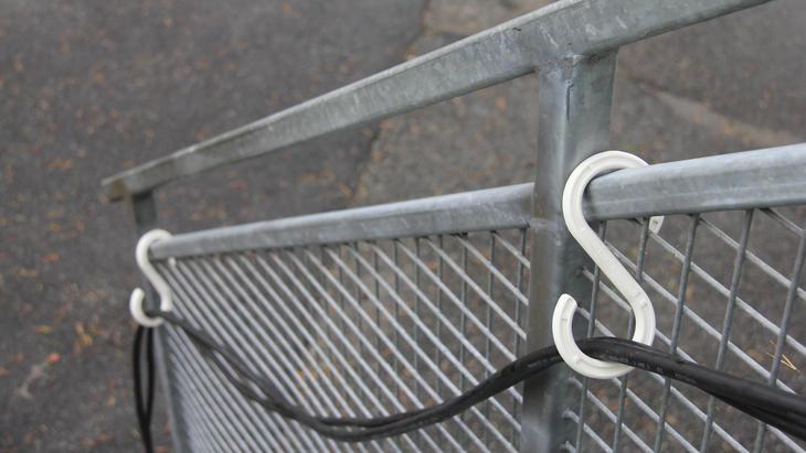 S-kroken kan henges i trapper, tak, vegg og andre steder hvor det er mulighet for oppheng.